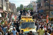 Rahul Gandhi suffers electric shock during roadshow in Agra