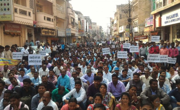 A group of people who suffered in Chitfund scam took out a rally on the roads and demanded the PM to intervene and act against the fraudsters.