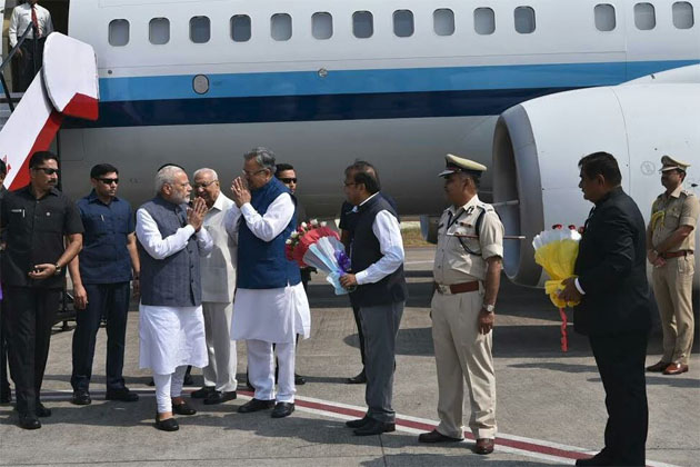 Prime Minister Narendra Modi a received gala welcome from Chief Minister Raman Singh, state officials including CS Vivek Dhand, DGP AN Upadhyay and cabinet Ministers at Raipur Airport.